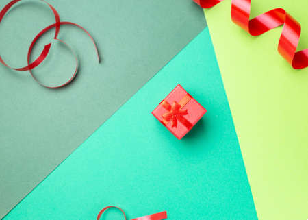 Minimalist greeting card with red gift box over pastel background Imagens