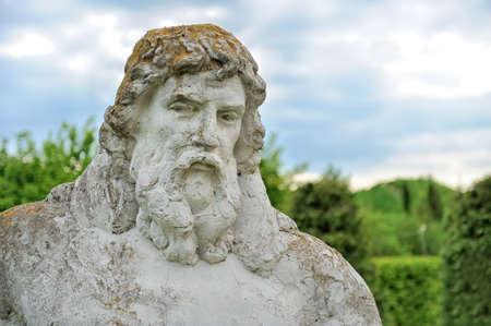 neptuno: Gran estatua de Neptuno de piedra en el jard�n de primavera