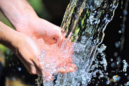 partes del cuerpo humano: Manos de la mujer con el chapoteo del agua