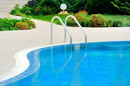 ホテル階段付きのスイミング プールをクローズ アップ