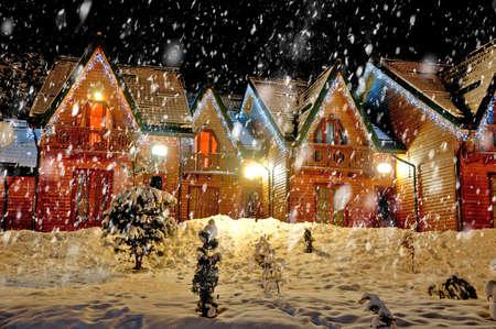 Eingerichtetes Haus mit Weihnachtsbeleuchtung Standard-Bild - 37357557