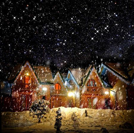 Eingerichtetes Haus mit Weihnachtsbeleuchtung