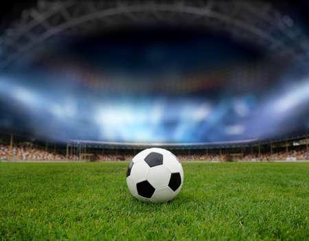 ballon foot: Ballon de soccer sur le terrain du stade avec la lumi? Banque d'images