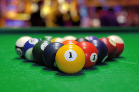 Billiard balls in a green pool table Imagens