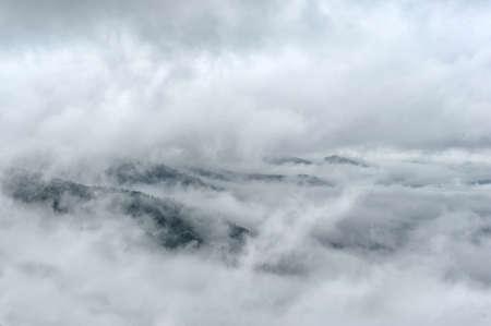霧と雲山谷の春の風景