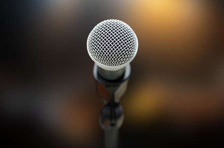 microfono de radio: Primer plano de micrófono en la sala de conciertos o sala de conferencias