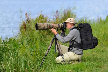 屋外のプロの野生動物写真家