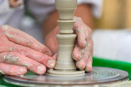 ollas de barro: Manos de un alfarero. Potter que hace la olla de cerámica en la rueda de la cerámica