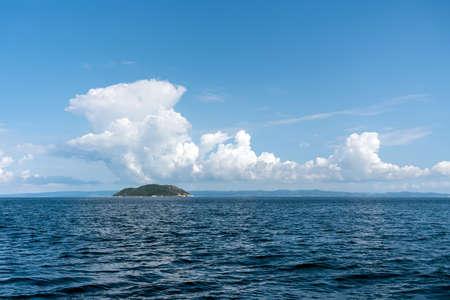 Prachtig zeelandschap met blauwe lucht en wolken op zonnige dag Stockfoto