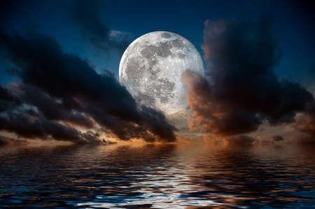 Soirée magique sur la mer. Grande réflexion de pleine lune dans l'eau