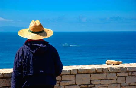 a man looking at catalina island 版權商用圖片