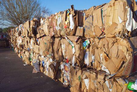 reciclar basura: de cart�n prensado en fardos a para su posterior reciclaje