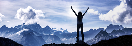 Kobieta stojąca na szczycie