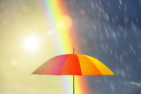 paraguas en un día lluvioso con arco iris Foto de archivo