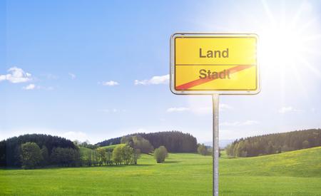 """Ortstafel """"Stadt Land"""" im Grünen"""