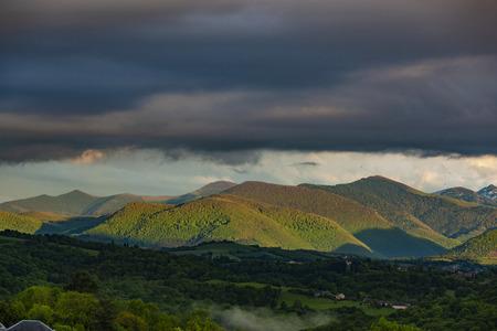 Panorama de los Pirineos franceses al atardecer