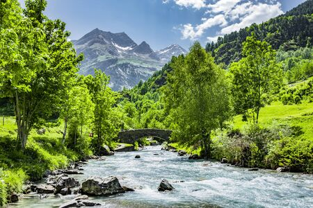 Brug over de Gave de Gavarnie, Franse Pyreneeën Stockfoto