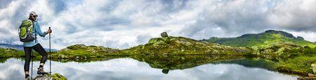 Frau mit Rucksack wandern an einem See in Norwegen Panoramaaussicht