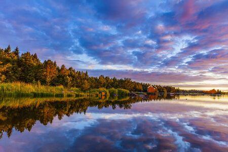 Sonnenaufgang auf einem schwedischen See im Sommer Standard-Bild