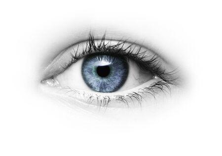 Auge mit blauer Pupille isoliert auf weißem Hintergrund