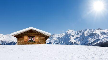 Gemütliche Skihütte in den österreichischen Alpen