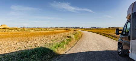 Motorhome on a dust road in a desert landscape Zdjęcie Seryjne - 166462331