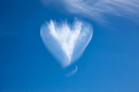 Cloud heart in blue sky Zdjęcie Seryjne - 167265324