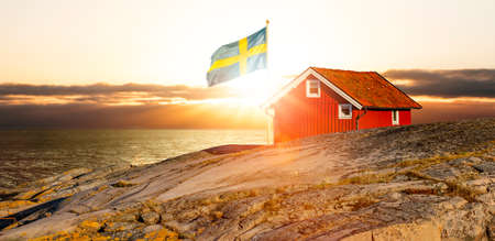 Red house with flag on the Swedish archipelago Zdjęcie Seryjne