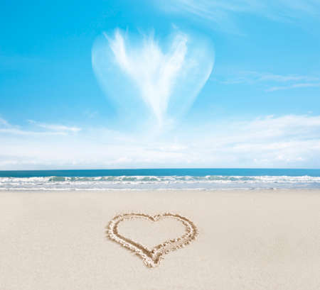 Cloud heart over a heart in the sand on the beach Zdjęcie Seryjne