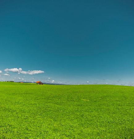 Green hill and blue sky Zdjęcie Seryjne