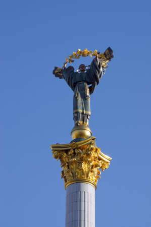 angel de la independencia: Escultura de la mujer como un s�mbolo de Ucrania, 61 m de altura en la plaza principal de Kiev Foto de archivo