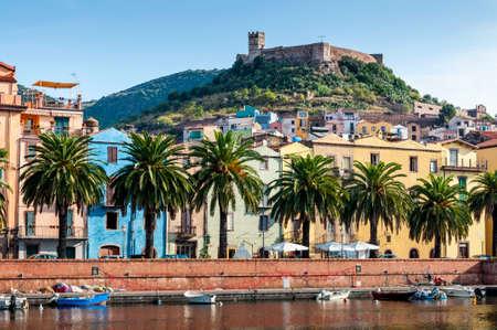 sardaigne: Vue sur le fleuve, la ville de Bosa et le vieux fort de l'�le de Sardaigne en Italie Banque d'images