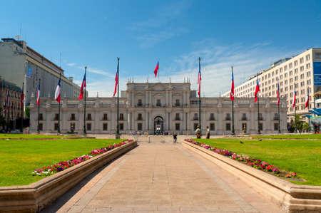 bandera chilena: Santiago, Chile - 2 de diciembre de 2012: La gente visita el Palacio de la Moneda en Santiago, Chile. El palacio fue abierto en 1805 como una casa de moneda colonial, pero más tarde se convirtió en el palacio presidencial. Editorial