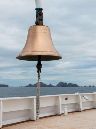 deportes nauticos: Bell en la nave con el nudo de marinero en badajo. Cabo de Hornos.
