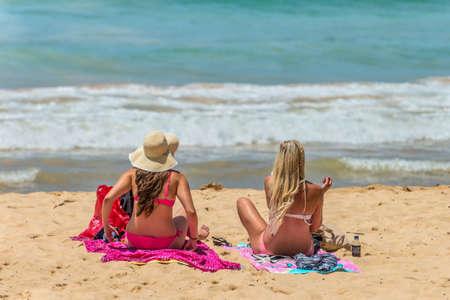 actividades recreativas: Manly, Australia - 9 de noviembre 2014: señoras por la orilla de la playa de hombres en Manly, Australia. Siete millas del centro de Sydney, Manly Beach ofrece una amplia gama de actividades deportivas y recreativas. Foto de archivo