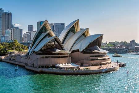 Sydney, Australia - 12 novembre 2014: Sydney Opera House vista da una nave da crociera a Sydney, in Australia. La Sydney Opera House è un famoso centro artistico. È stato progettato dall'architetto danese Jorn Utzon, che finalmente ha aperto nel 1973.