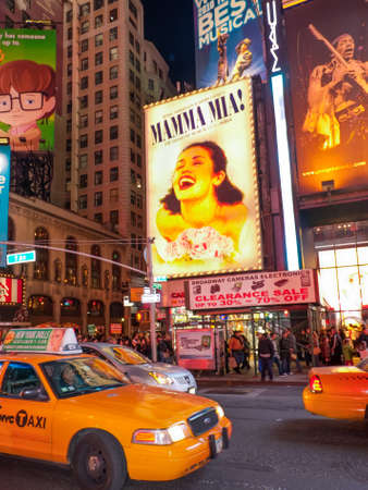 mamma: New York, NY, USA - November 20, 2011: Traffic and tourists walk south down Broadway into Times Square after dark to see the lights, go to the theater, and eat. Huge billboards on the buildings along Seventh Avenue and Broadway advertise theater shows, in