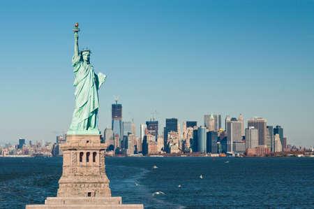 ニューヨーク港の有利な点、マンハッタンの象徴的な島はちょうど先にあります。建物の折衷的な組み合わせは、カラフルなスカイラインを作成す