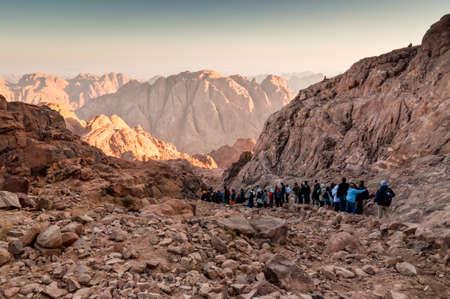 monte sinai: Monte Sinaí, Egipto - 25 de noviembre de 2010: Peregrinos y turistas en la vía de la Mount Sinai pico y Panorama rocas del Monte Sinaí en madrugada a 25 de noviembre de 2010. De acuerdo con el libro de Éxodo, el Monte Sinaí es la montaña a la cual el Décimo C