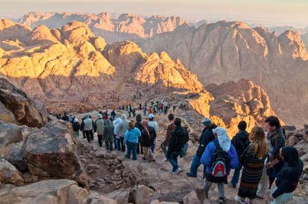 monte sinai: Monte Sinaí, Egipto - 25 de noviembre de 2010: Peregrinos y turistas en la vía de la Mount Sinai pico y Panorama rocas del Monte Sinaí en la mañana temprano. De acuerdo con el libro de Éxodo, el Monte Sinaí es la montaña en la que se dan los Diez Mandamientos