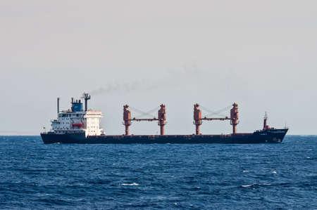 bandera de panama: Sharm El Sheikh, Egipto - 24 de noviembre de 2010: buque de carga general Tykoon II velas a lo largo de la costa del Mar Rojo cerca de Sharm El Sheikh, Egipto en 24 de noviembre de 2010. Tipo de buque: carga general. Bandera: Panamá. Editorial