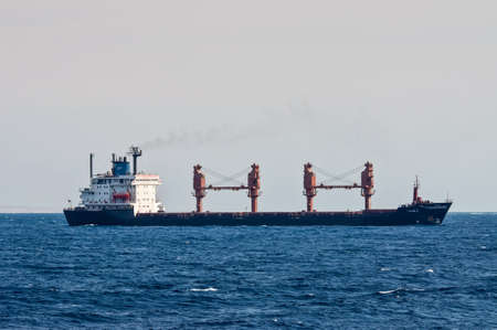 Sharm El Sheikh, Egipto - 24 de noviembre de 2010: buque de carga general Tykoon II velas a lo largo de la costa del Mar Rojo cerca de Sharm El Sheikh, Egipto en 24 de noviembre de 2010. Tipo de buque: carga general. Bandera: Panamá. Editorial