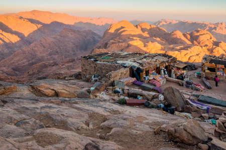 monte sinai: Monte Sinaí, Egipto - 25 de noviembre de 2010: árabes beduinos Tiendas en el Monte Sinaí en madrugada el 25 de Noviembre de 2010. La montaña, asociada con Moisés y los Diez Mandamientos, es un popular destino turístico para los visitantes religiosos y seculares por igual.