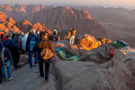 monte sinai: Monte Sinaí, Egipto - 25 de noviembre de 2010: Peregrinos y turistas en la vía desde el pico Monte Sinaí en la mañana temprano.