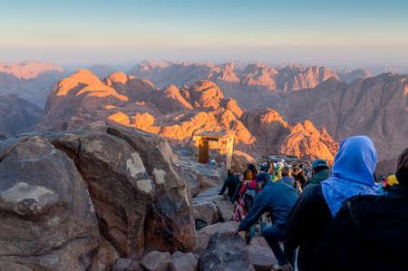 mount sinai: Monte Sinaí, Egipto - 25 de noviembre de 2010: Peregrinos y turistas en la vía desde el pico Monte Sinaí en madrugada