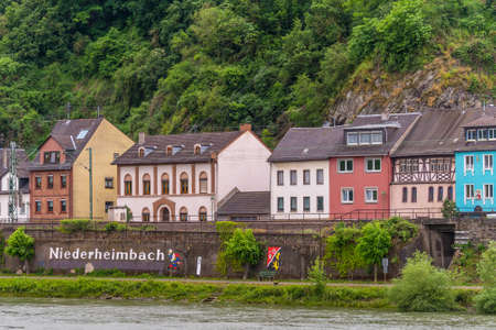 fasade: Niederheimbach, Germany - May 23, 2016: Niederheimbach village in the Unesco World Heritage area of the Rhine Valley in cloudy weather. Editorial
