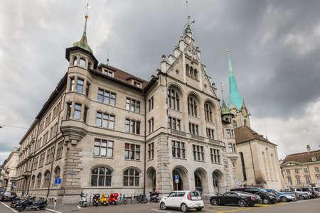 registro: Zurich, Suiza - 24 de mayo 2016: Arquitectura de Zurich. Una vista de gran angular de la oficina del registro civil Zurich en tiempo lluvioso nublado, Switzerland. Editorial