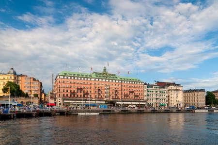 bandera de suecia: Estocolmo, Suecia - 28 de julio de 2010: Grand Hotel el 28 de julio de 2010 en Estocolmo. Grand Hotel es un hotel de lujo en Estocolmo línea de costa y el único hotel de Suecia entre los principales hoteles del mundo. Editorial