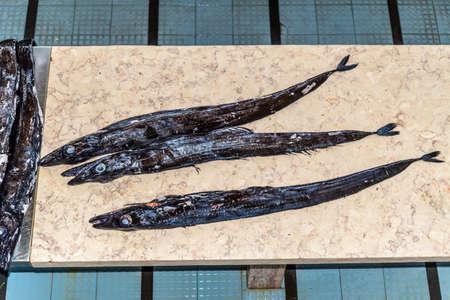 scheide: Schwarze Degenfisch (Espada in portugiesisch) auf dem Fischmarkt von Funchal, Madeira, Portugal. Fisch aus dem Atlantik.