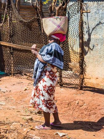 Antsiranana, 마다가스카르 - 마다가스카르 - 2015 년 12 월 20 일 : 미확인 된 마다가스카르 여자 전화로 보이는 Antsiranana (디에고 수아), 마다가스카르 에디토리얼
